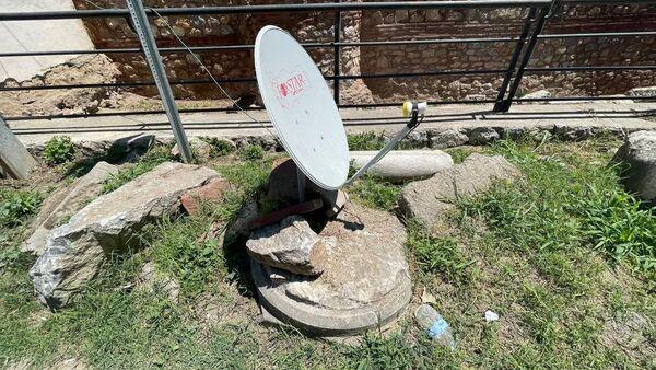 UNESCO'nun geçici miras listesinde bulunan 2 bin yıllık sütunun üzerine çanak anten - Sputnik Türkiye