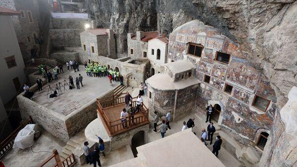 Türkiye'nin önemli inanç turizmi merkezlerinden Sümela Manastırı, 5 yıldan uzun süren restorasyon çalışmalarının ardından Kültür ve Turizm Bakanı Mehmet Nuri Ersoy'un katılımıyla yeniden ziyarete açıldı. - Sputnik Türkiye