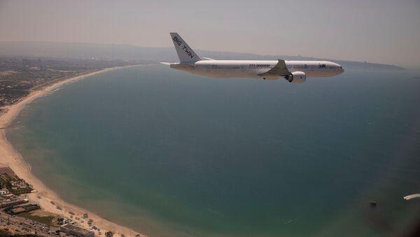 Bir Boeing 777 kargo uçağı İsrail'in Hayfa kenti üzerinde uçarken - Sputnik Türkiye