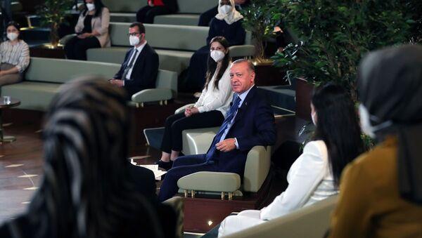 Cumhurbaşkanı Recep Tayyip Erdoğan, Kütüphane Söyleşileri'nin üçüncüsünde Millet Kütüphanesi'nde doktora öğrencileriyle bir araya geldi. - Sputnik Türkiye