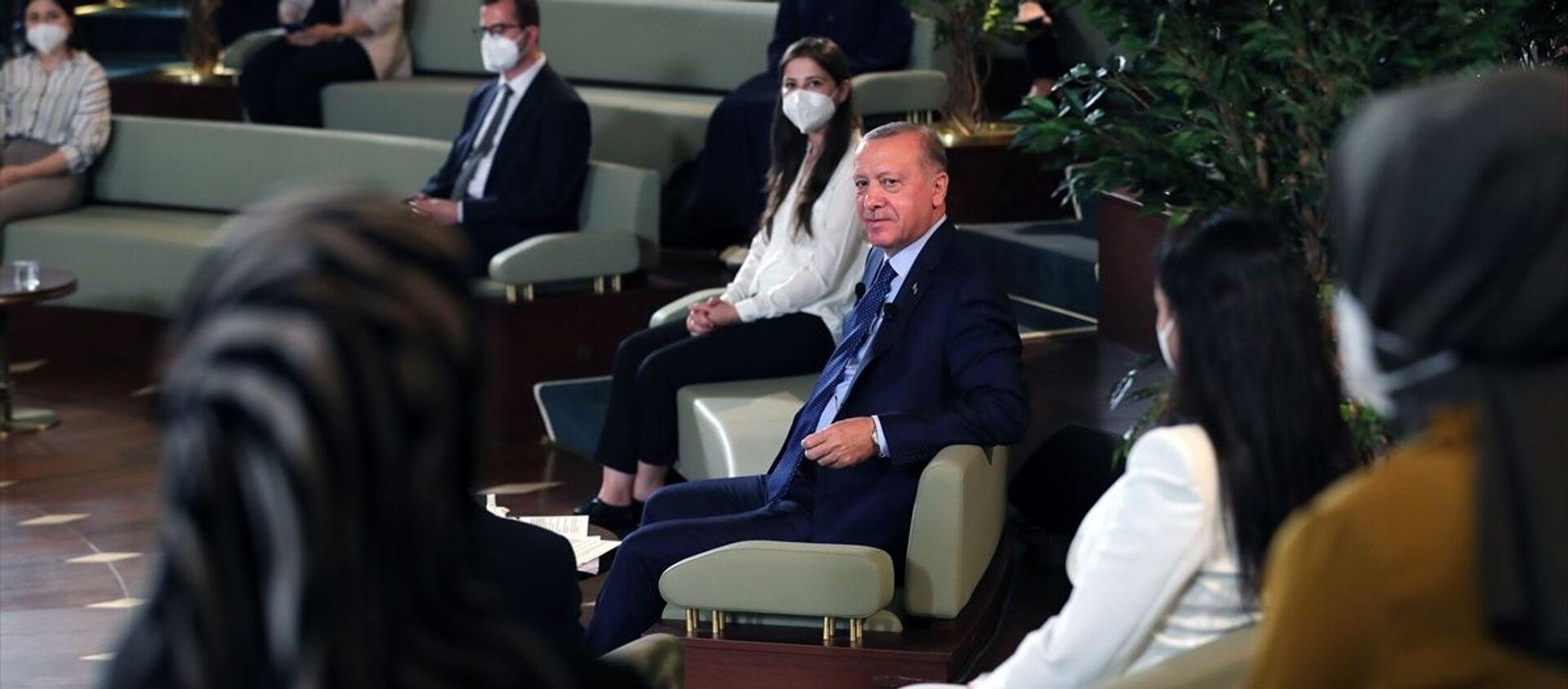 Cumhurbaşkanı Recep Tayyip Erdoğan, Kütüphane Söyleşileri'nin üçüncüsünde Millet Kütüphanesi'nde doktora öğrencileriyle bir araya geldi. - Sputnik Türkiye, 1920, 02.07.2021