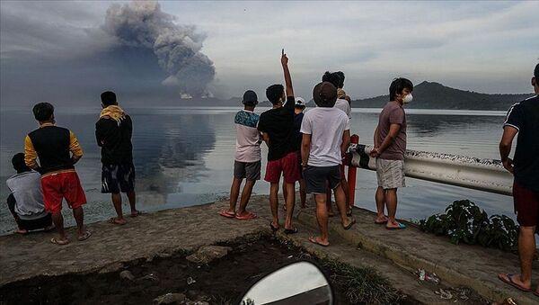 Filipinler'in başkenti Manila'nın güneyinde yer alan Taal Yanardağı'nda hareketlenmeler başladı. Yanardağın patlayacağı gerekçesiyle bölge sakinleri tahliye edilmeye başlandı. - Sputnik Türkiye