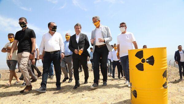 """İzmir'in Gaziemir ilçesi Emrez Mahallesi'nde, nükleer atıkların temizlenmesi için duran adam eyleminin altıncısını yapan Gaziemir Belediye Başkanı Halil Arda, """"İsteğimiz son derece masum. Buradaki nükleer atıkların temizlenmesini istiyoruz"""" dedi. - Sputnik Türkiye"""