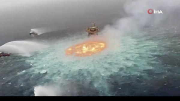 Meksika'da devlet petrol şirketine ait denizin 78 metre derinliğindeki bir sualtı boru hattında sabahın erken saatlerinde meydana gelen patlama nedeniyle yangın çıktı. - Sputnik Türkiye