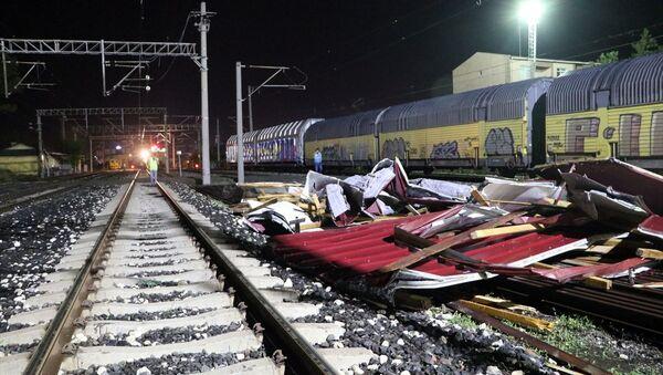 Edirne'de şiddetli fırtına sebebiyle tren garında bulunan elektrifikasyon direkleri vagonların üstüne devrildi. - Sputnik Türkiye