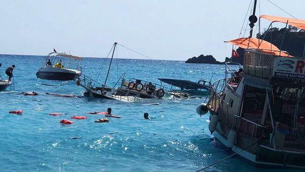 Muğla'nın Fethiye ilçesinde, içinde 3'ü mürettebat 38 kişinin bulunduğu günübirlik bir tur teknesi battı. Teknedeki yolculardan 1'i çocuk 3 kişinin yaralandığı öğrenildi. - Sputnik Türkiye
