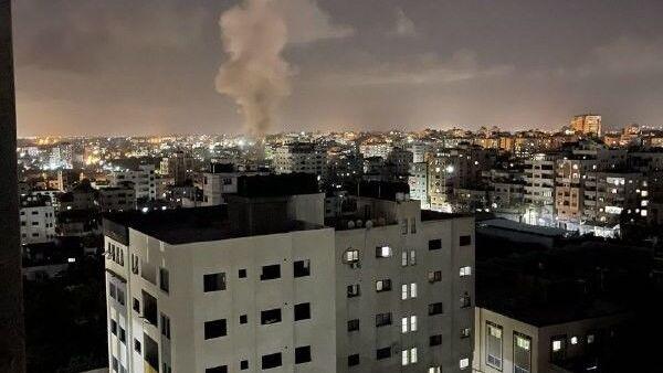 İsrail savaş uçakları, Gazze Şeridi'nin farklı bölgelerine hava saldırısı düzenledi. - Sputnik Türkiye