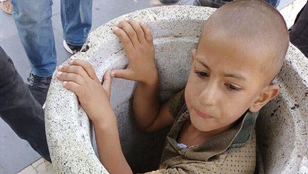 Beton çöp kovasına sıkışan çocuk, 1 saatte kurtarıldı - Sputnik Türkiye