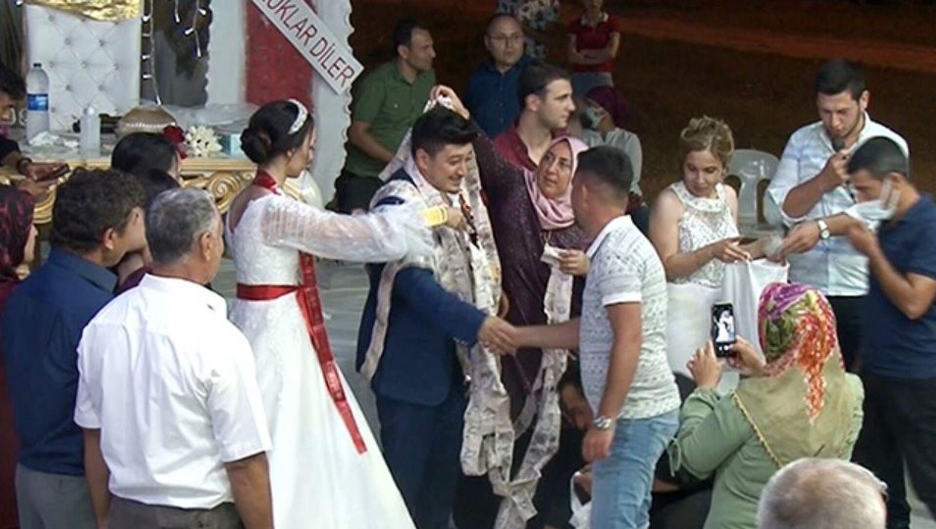 Antalya, düğün hediyesi takı bin tane beş lira-50 metrelik zincir - Sputnik Türkiye, 1920, 05.07.2021