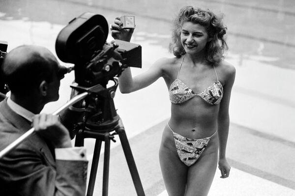 5 Temmuz 1946 yılında ilk defa Fransız makine mühendisi Louis Reard tarafından tanıtılan bikini, kısa zamanda plaj moda dünyasının ayrılmaz parçası haline geldi Fotoğrafta: Manken bikini modelini tanıtırken, Paris 1946   - Sputnik Türkiye