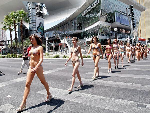 Las Vegas'ta düzenlenen bikini defilesinin katılımcıları, 2009 - Sputnik Türkiye