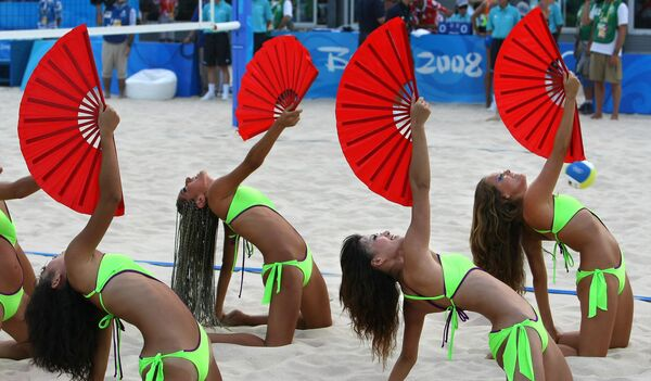 2008 Pekin Olimpiyat Oyunları'nda plaj voleybolu müsabakaları öncesi performans sergileyen bikinili ponpon kızlar - Sputnik Türkiye