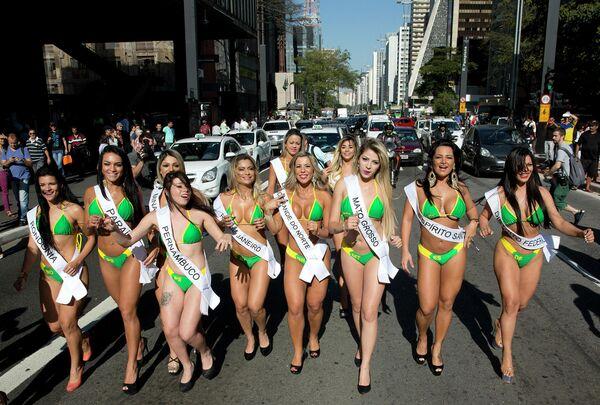 Brezilya'da düzenlenen geleneksel Miss BumBum yarışmasının katılımcıları, 2015 - Sputnik Türkiye