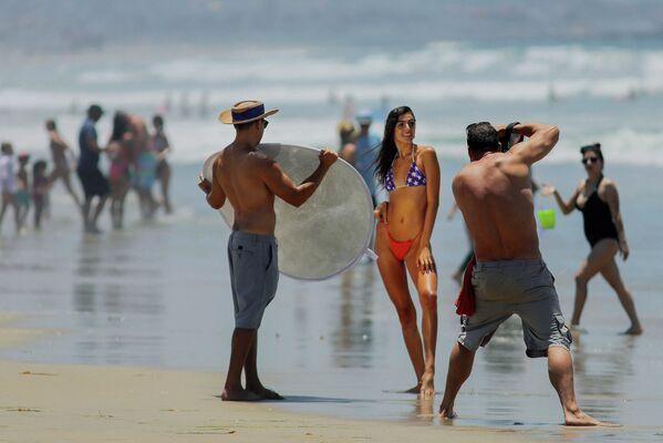 Kaliforniya sahilinde kameranın karşısında poz veren bikinili kadın  - Sputnik Türkiye