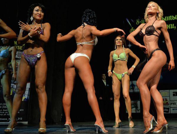 Rusya'ya bağlı Başkortostan Cumhuriyeti'nin başkenti Bişkek'te düzenlenen vücut geliştirme şampiyonasının bikinili katılımcıları   - Sputnik Türkiye