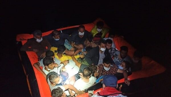 İzmir ve Aydın'da Türkiye kara sularına itilen 128 sığınmacı kurtarıldı - Sputnik Türkiye