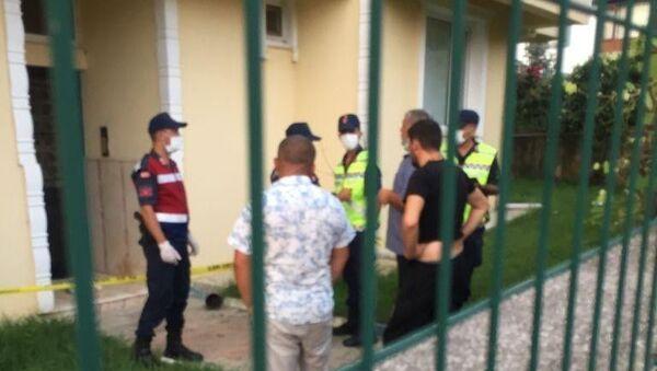Yalova'nın Çınarcık ilçesinde komşularıyla kavga eden ve beylik tabancasıyla 1 kişiyi öldürüp, 2 kişiyi yaraladıktan sonra intihar eden emekli albayın gürültü meselesi yüzünden cinnet getirdiği öğrenildi. - Sputnik Türkiye