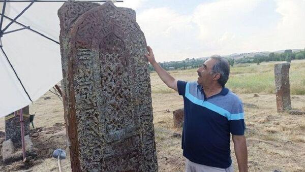 Ahlat Selçuklu Meydan Mezarlığı'nda işlemeli mezar taşı - Sputnik Türkiye