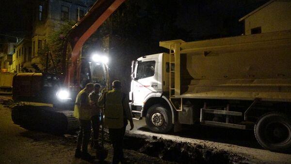 Rusya Federasyonu Trabzon Başkonsolosluğu önünde yapılan altyapı çalışmaları kapsamında iş makinesinin doğalgaz borusunu kesmesiyle oluşan sızıntı sonrası panik yaşandı. - Sputnik Türkiye