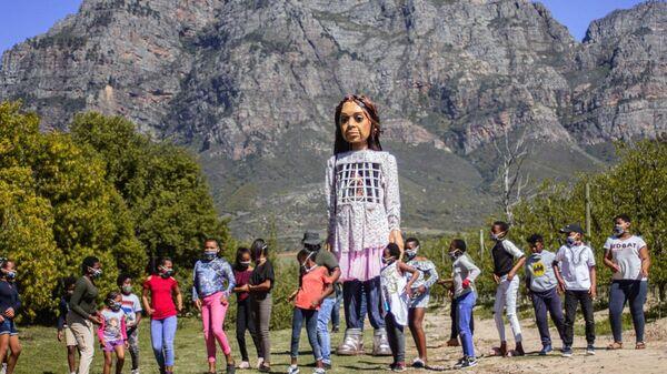 Suriyeli bir kız çocuğunu simgeleyen 'Emel' isimli kukla - Sputnik Türkiye