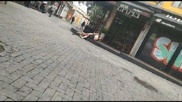 Beşiktaş'ta iki turist, sokak ortasında yarı çıplak kavga etti - Sputnik Türkiye