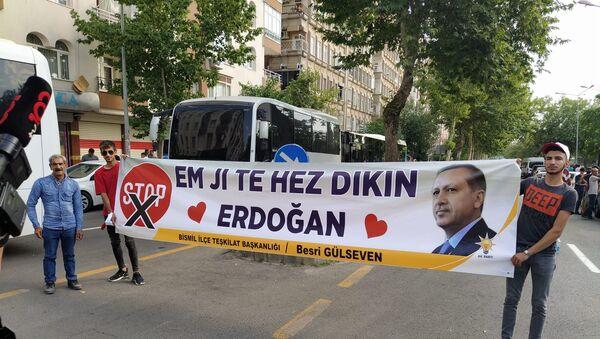 Cumhurbaşkanı Recep Tayyip Erdoğan'nın Diyarbakır ziyareti sırasında açılan destek pankartı ilgi çekti. - Sputnik Türkiye