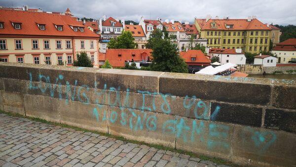 Prag'ın simgesi Karl Köprüsü'ne sprey boyalı saldırı - Sputnik Türkiye