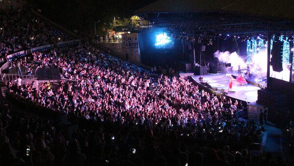Normalleşmeyle açılan ilk açık hava konseri - Yıldız Tilbe - Sputnik Türkiye