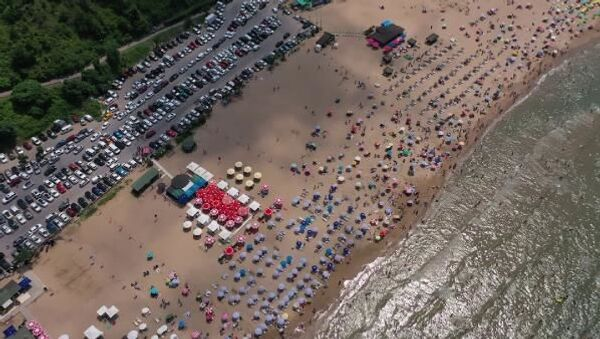 İstanbullular sıcak geçen pazar gününde serinlemek için Şile plajlarını doldurdu.  - Sputnik Türkiye