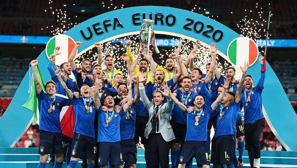 2020 Avrupa Futbol Şampiyonası'nın (EURO 2020) normal süresi ve uzatmaları 1-1 tamamlanan final maçında İngiltere'ye penaltılarda 3-2 üstünlük sağlayan İtalya, kupanın sahibi oldu. - Sputnik Türkiye