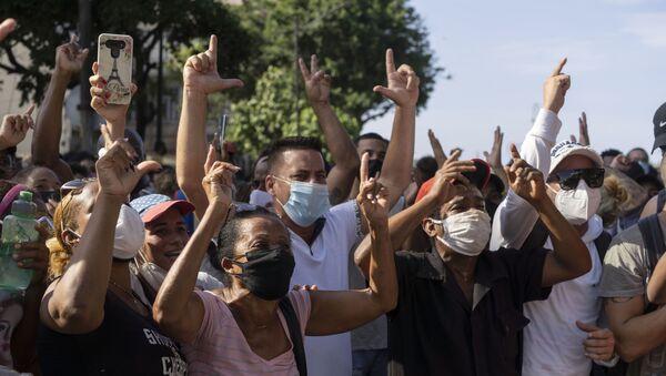 Küba'da koronavirüsün etkisi altındaki ekonomik durumun iyileştirilmesi talebiyle gösteriler düzenleniyor. - Sputnik Türkiye