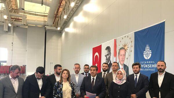 İstanbul Büyükşehir Belediye (İBB) Meclisi AK Parti Grup Başkanvekili Tevfik Göksu, grup toplantısı sonrası meclis üyeleriyle birlikte gündeme ilişkin basın toplantısı düzenledi. - Sputnik Türkiye