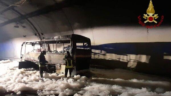 Kahraman şoför, 25 çocuğu yanmaktan son anda kurtardı - Sputnik Türkiye