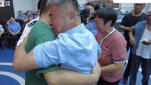 Çin'de oğlunu aramak için motosikletle 500 bin kilometre yol kateden baba, 24 yıl sonra oğluna kavuştu. - Sputnik Türkiye