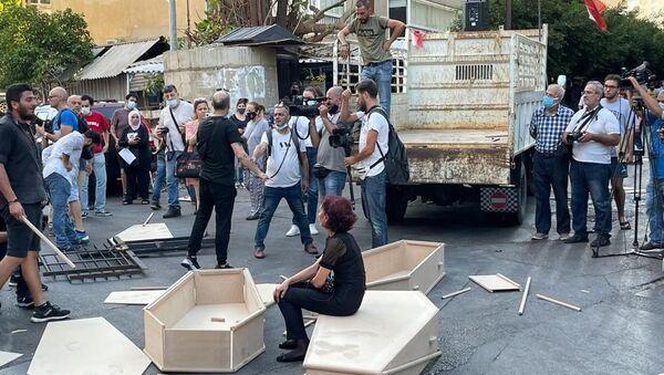 Beyrut Limanı patlamasında yakınlarını kaybeden ailelerden 'tabutlu' protesto - Sputnik Türkiye