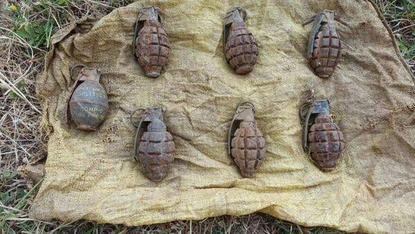 Hakkari'nin Şemdinli ilçesinde jandarma ekipleri tarafından yapılan çalışmalar sonucu PKK'ya ait toprağa gömülü 7 adet el bombası ele geçirildi. - Sputnik Türkiye