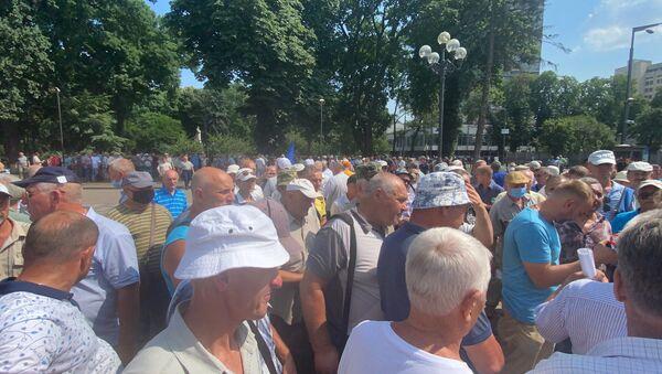 Ukrayna'da parlamento binasının önünde asker emeklileri ve güvenlik güçleri arasında arbede yaşandı - Sputnik Türkiye