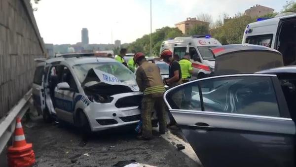 Otomobil ile polis aracı çarpıştı - Sputnik Türkiye