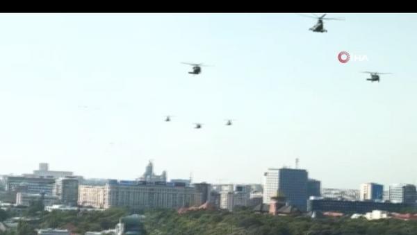 ABD ordusuna ait Kara Şahin tipi askeri helikopter, Romanya'nın başkenti Bükreş'te trafik akışının devam ettiği anayola acil iniş yaptı. - Sputnik Türkiye