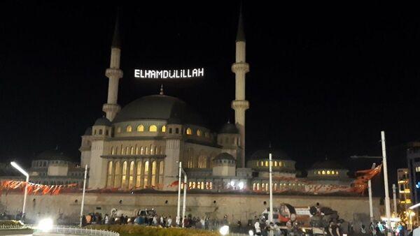 15 Temmuz 2016'daki darbe girişimine karşı direnişin sembollerinden biri olan selalar, 81 ildeki 90 bin camide tekrar okundu. - Sputnik Türkiye
