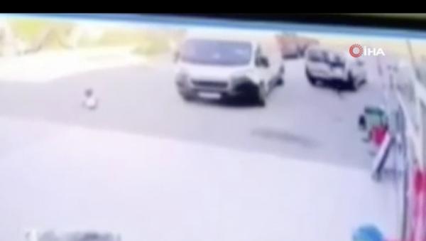 Silivri'de babasının işyeri önünde kediyi seven 4 yaşındaki çocuk, manevra yapan ticari aracın altında kalarak feci şekilde can verdi. Araç sürücüsü gözaltına alınırken, küçük çocuğun ezildiği anlar güvenlik kamerasına yansıdı. - Sputnik Türkiye