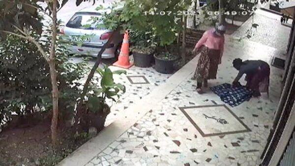 At arabalı kadınların rögar kapağı hırsızlığı kamerada - Sputnik Türkiye