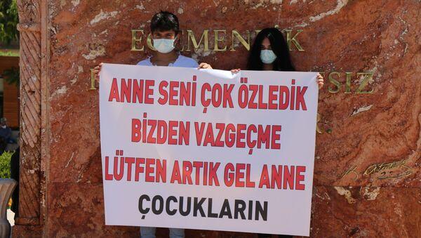Annelerinin tedavi görmesi için pankart açıp yardım istediler - Sputnik Türkiye