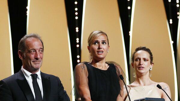 Bu yıl 74.sü düzenlenen Cannes Film Festivali'nde Altın Palmiye ödülünü Titane adlı filmi kazandı. - Sputnik Türkiye