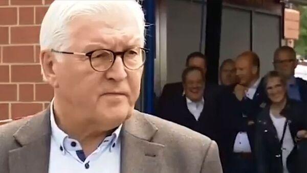 Almanya'da başbakan adayı Laschet'in afet bölgesine ziyaretinde güldüğü anlar görüntülendi - Sputnik Türkiye