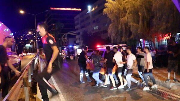 İzmir'in Bayraklı ilçesinde, iki grup arasında omuz atma yüzünden çıkan bıçaklı kavgada 1 kişi hayatını kaybederken, 2'si ağır, 3 kişi yaralandı. Olay sonrası kaçan 5 şüpheli, kısa süre sonra polis ekipleri tarafından yakalanarak gözaltına alındı. - Sputnik Türkiye