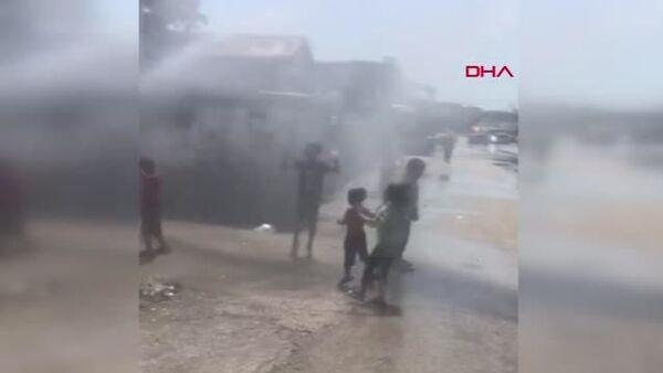 Adana'da sıcaklardan bunalan çocuklar arazözden sıkılan tazyikli su ile serinledi - Sputnik Türkiye