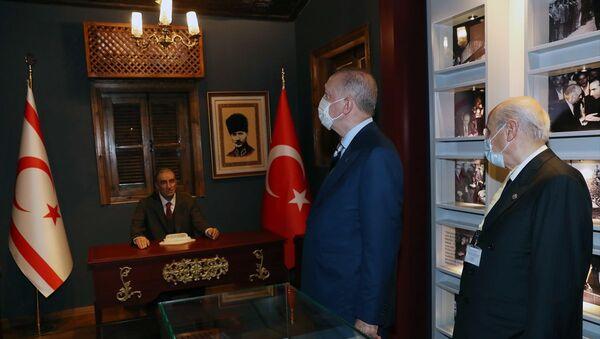 Cumhurbaşkanı Erdoğan ve Bahçeli'den Türkeş'in doğduğu eve ziyaret - Sputnik Türkiye