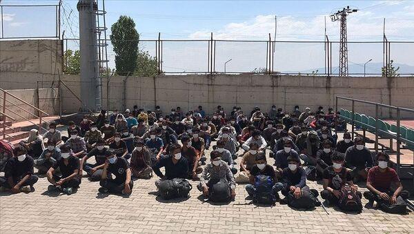 Türkiye'ye girmeye çalışan Afgan uyruklu göçmenler Van - Sputnik Türkiye