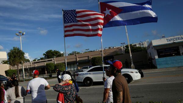 Küba'daki protestolara destek için ABD'nin Florida eyaletinin Miami kentinde ABD ve Küba bayraklarıyla yürüyen Kübalı göçmenler - Sputnik Türkiye
